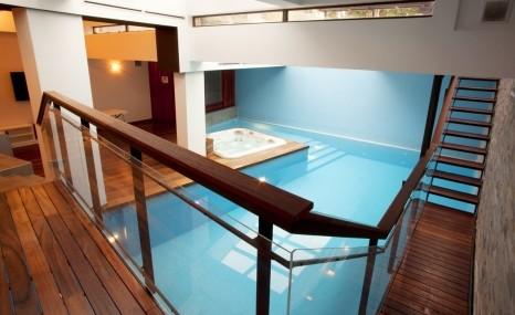 une piscine int rieure pourquoi succomber. Black Bedroom Furniture Sets. Home Design Ideas