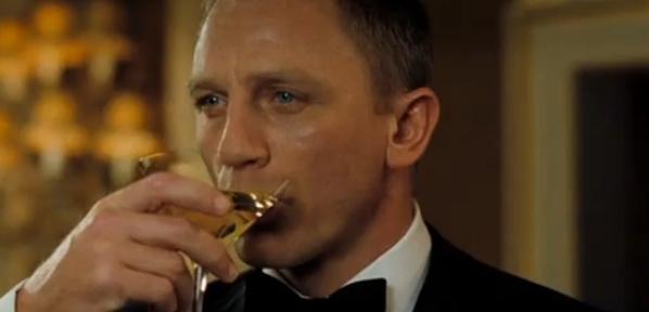 Le Vodka Martini au shaker est LA recette de cocktail préférée de James Bond. Image : Daniel Craig dans Casino Royale.