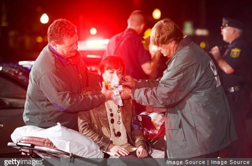 Intervention d'une équipe de secouriste auprès d'un blessé après un accident de voiture