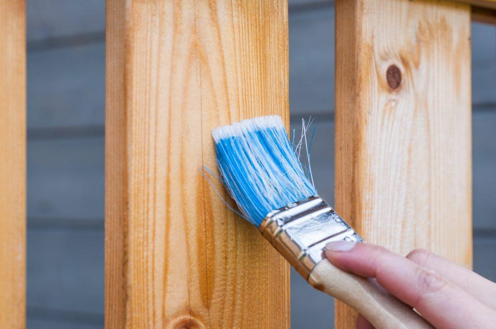 Application de lasure sur du bois au pinceau