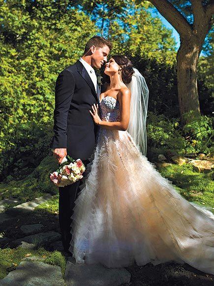 Grand et baraqué, Channing Tatum opte pour une veste longue et ajustée pour son mariage avec Jenna Dewan. Ses chaussettes étaient-elles assorties au bouquet de fleur de la mariée?