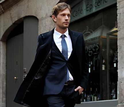 Homme en costume dans les rues de Lyon