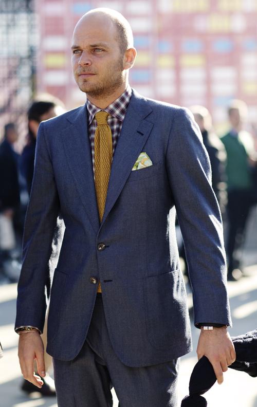 street style sartorialist cravate jaune moutarde