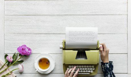 Machine à écrire et thé