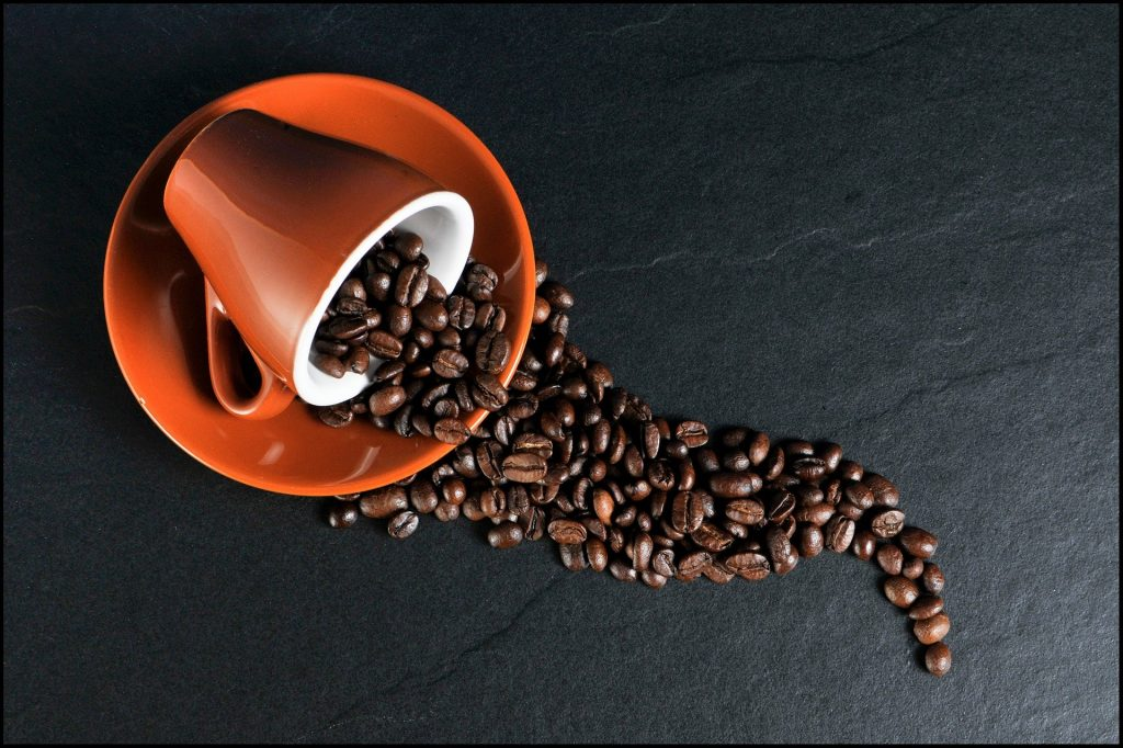 tasse remplie de grains de café