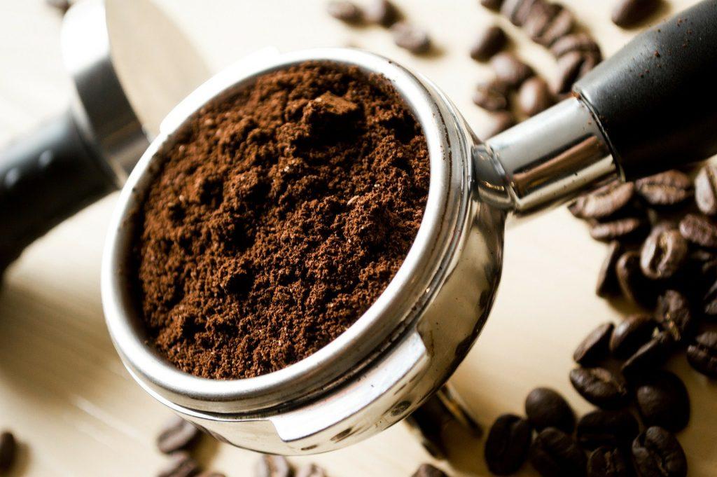 Percolateur rempli de café fraichement moulu